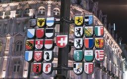 在莱斯特广场伦敦英国的著名瑞士时钟 免版税库存图片