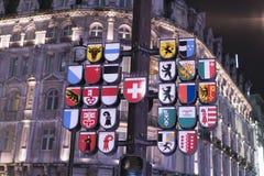 在莱斯特广场伦敦英国的著名瑞士时钟 免版税图库摄影