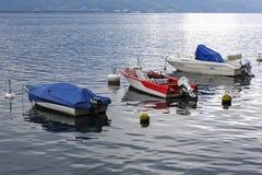在莱芒湖中水域停泊的三条小船  免版税库存照片