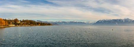 在莱芒湖的看法从江边在洛桑,瑞士 免版税图库摄影
