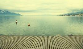 在莱芒湖的空的灰色木码头 库存照片