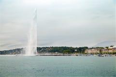 在莱芒湖(紫胶Leman)的喷泉在日内瓦 免版税库存照片