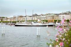 在莱芒湖(紫胶Leman)的巡航小船吉恩威在日内瓦 免版税库存图片