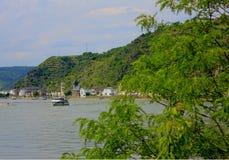 在莱茵河的一条小船 免版税图库摄影