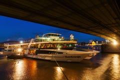 在莱茵河的巡航船在科隆,德国 图库摄影