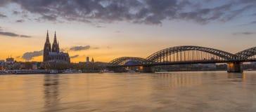 在莱茵河的科隆晚上在日落以后 库存图片