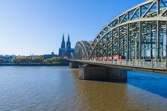 在莱茵河的美妙的桥梁在科隆 免版税库存照片