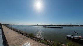 在莱茵河的莱茵河航海在Emmerich,德国附近 免版税库存照片