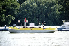 在莱茵河的集装箱船 免版税图库摄影