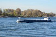 在莱茵河的驳船 免版税库存照片