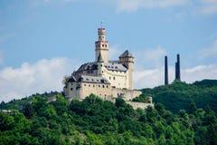 在莱茵河的Marksburg在蓝天的德国 库存图片