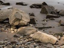 在莱茵河, Kalkar,德国的银行的石头 图库摄影
