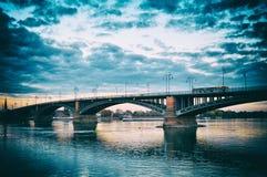 在莱茵河/莱茵河的美好的日落夜桥梁在美因法 免版税库存照片