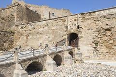 在莱里达省市里面,西班牙堡垒老大教堂小山的吊桥  库存图片