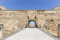 在莱里达省市里面,西班牙堡垒老大教堂小山的吊桥  图库摄影