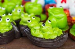 在莲花叶子雕象的青蛙 免版税库存图片