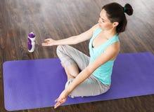 在莲花坐的女孩凝思 瑜伽演播室 免版税库存照片