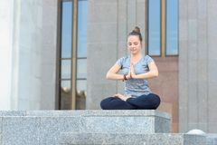 在莲花姿势的女性实践padmasana asana,改正方法 库存图片