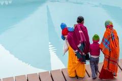 在莲花寺庙,新德里的家庭 免版税库存图片