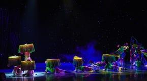 在莲花池塘丝绸爱好者中国种族舞蹈的月光 免版税图库摄影