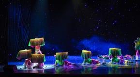在莲花池塘丝绸爱好者中国种族舞蹈的月光 免版税库存照片