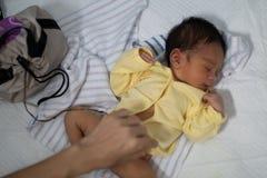 在莲花诞生出生的一个42天老男孩的画象 不同于婴孩婴孩的脐带一般来说,被留下加入与Th 免版税库存图片