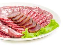 在莴苣的被切的不同的肉制品在白色盘特写镜头 库存图片