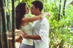 在获得乐趣和享受美好的自然的爱的年轻夫妇 免版税库存图片