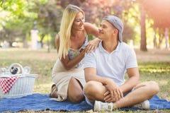 在获得乐趣和享受美好的natur的爱的年轻夫妇 库存图片