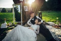 在获得乐趣和享受美好的natur的爱的年轻夫妇 免版税库存图片