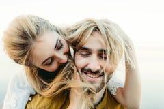 在获得乐趣和使用与女孩的头发的爱的一对年轻夫妇 笑快乐的新娘和新郎,特写镜头 免版税库存图片
