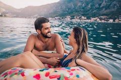 在获得的海滩的年轻夫妇乐趣 免版税库存照片