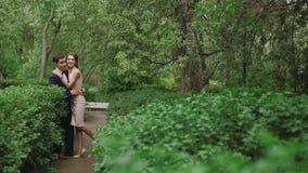 在获得的爱的夫妇户外享受亲密的片刻的言情的乐趣,握手,亲吻,笑很多和 股票录像
