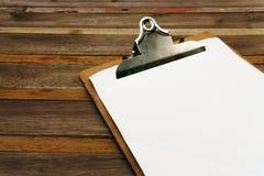 在菜单的空白的夹子在木 免版税库存图片