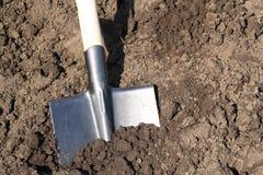 在菜园的铁锹 免版税库存图片