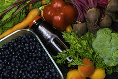 在菜食物,红萝卜,甜菜,红辣椒,杏子,硬花甘蓝,石榴汁的维生素A 戒毒所 库存图片