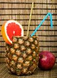 在菠萝的鸡尾酒用葡萄柚 免版税图库摄影