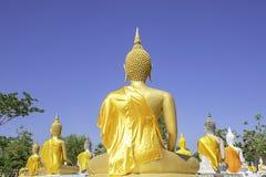 在菩萨后雕象在黄色布料背景天空盖了在Wat Phai荣Wua,素攀在泰国 库存照片