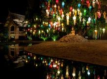 在菩萨雕象上的五颜六色的灯笼 库存照片