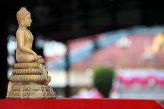 在菩萨雕象旁边米黄颜色树脂  被雕刻的菩萨fi 库存照片