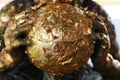 在菩萨雕象背面的金叶在泰国的寺庙 免版税库存照片