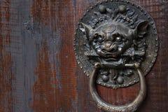 在菲尼斯镇,瓷金属化在门盘区的野兽头 免版税图库摄影
