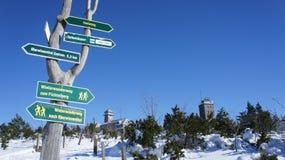 在菲希特尔贝尔格的路标在冬天 图库摄影