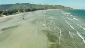 在菲律宾的海岸的Kitesurfing 鸟瞰图2 股票视频