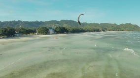 在菲律宾的海岸的Kitesurfing 鸟瞰图3 股票录像