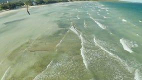 在菲律宾的海岸的Kitesurfing 鸟瞰图5 影视素材