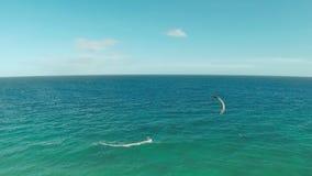 在菲律宾的海岸的Kitesurfing 鸟瞰图7 股票录像