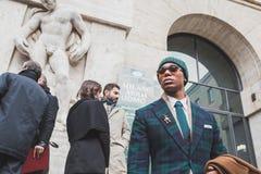 在菲拉格慕时装表演大厦之外的人们米兰精神的塑造星期2015年 库存照片