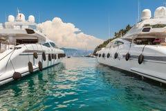 在菲诺港海湾的豪华游艇  免版税库存图片