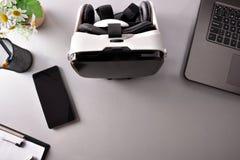 在营业所台式的虚拟现实玻璃观看closeu 免版税库存图片